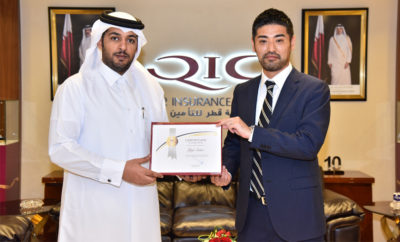Salem Al Mannai Deputy GRoup President CEO QIC MENA region hands over certificate of appreciation to trainee Yuji 400x242 - QIC Awards Certificate of Appreciation to Trainee from Sompo Japan
